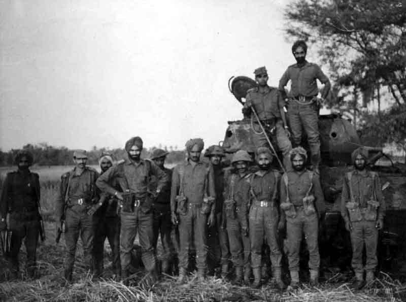 1971_war_captured_pak_tank_Indian_troops
