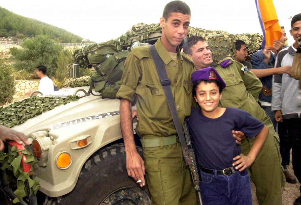 Flickr_-_Israel_Defense_Forces_-_Bedouin_Soldier_with_Schoolchild