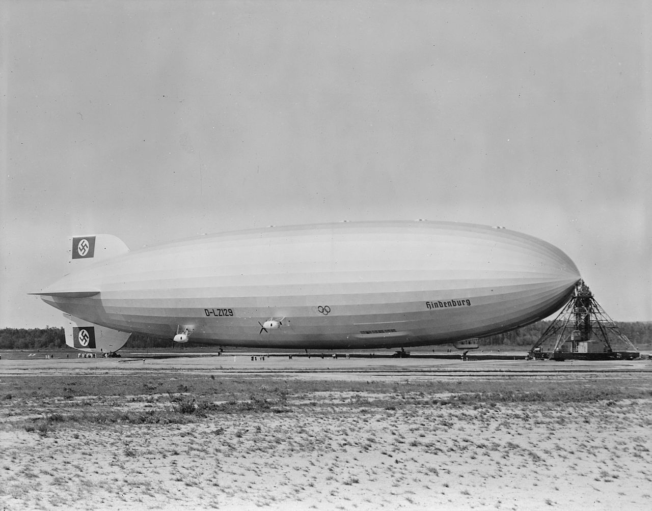 1280px-Hindenburg_at_lakehurst