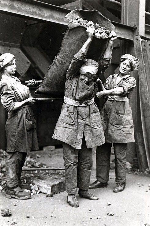 Women hauling coal 1915