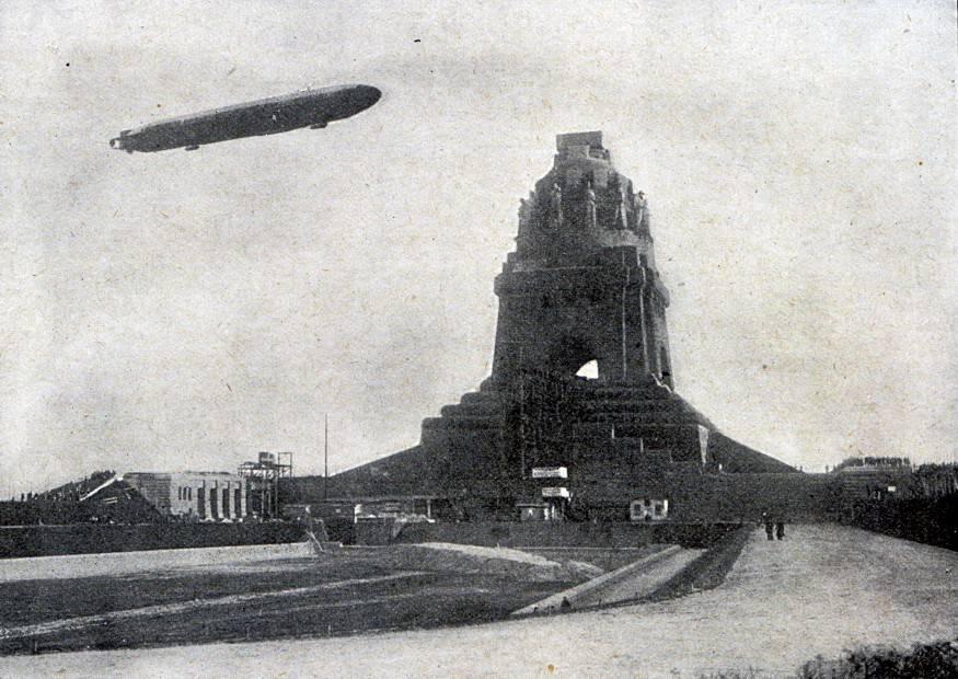 1912-11-24-fiz-zeitgeschichte-bilder-14-zeppelin-luftschiff-hansa-ueber-dem-voelkerschlachtdenkmal-in-leipzig