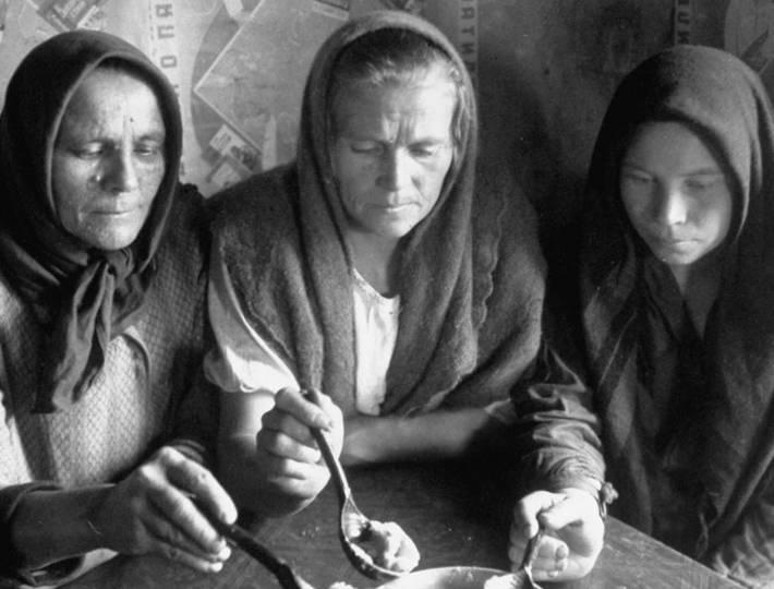 3-russkih-zhenshiny-edyat-kashu-iz-1-ploshki