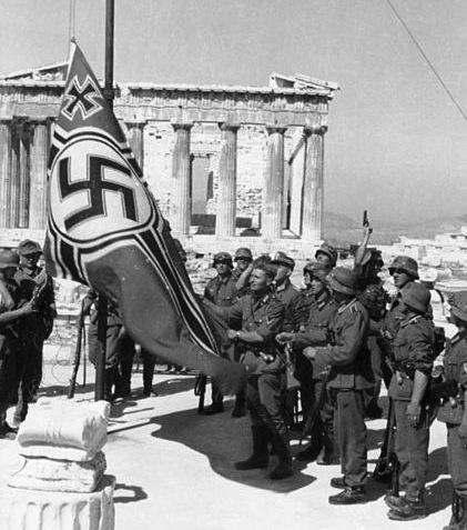 421px-Bundesarchiv_Bild_101I-164-0389-23A_Athen_Hissen_der_Hakenkreuzflagge