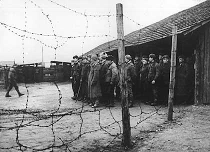 """Deutsche Kriegsgefangene des Zweiten Weltkrieges in Rußland (undatiert). Zum Teil völlig neue Erkenntnisse über ein dunkles Kapitel der Kriegs- und Nachkriegsgeschichte werden zur Zeit aus Aktenauswertungen in Moskau gewonnen. Es geht um die Prozesse gegen deutsche Kriegsgefangene in der UdSSR zwischen 1943 und 1952. Mehr als 30 000 Soldaten wurden damals zum Tode oder zu langen Haftstraßen verurteilt. So etwa müssen alle bisher genannten Verurteilungszahlen korrigiert werden. (zu dpa-Feature """"Akten korrigieren bisheriges Wissen über Kriegsgefangenenprozesse"""" vom 17.8.95)"""