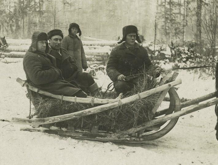 Gulag_prisoners_at_work_1936-1937