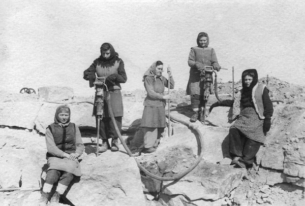 pic-W-O-Women political prisoners in a Soviet labor camp
