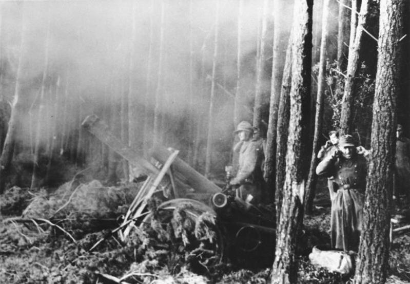 Scherl: Schwere Infanteriegeschütze im Wald von Hürtgen bei der Abwehr eines der zahllosen nordamerikanischen Angriffe PK-Kriegsberichter Jäger