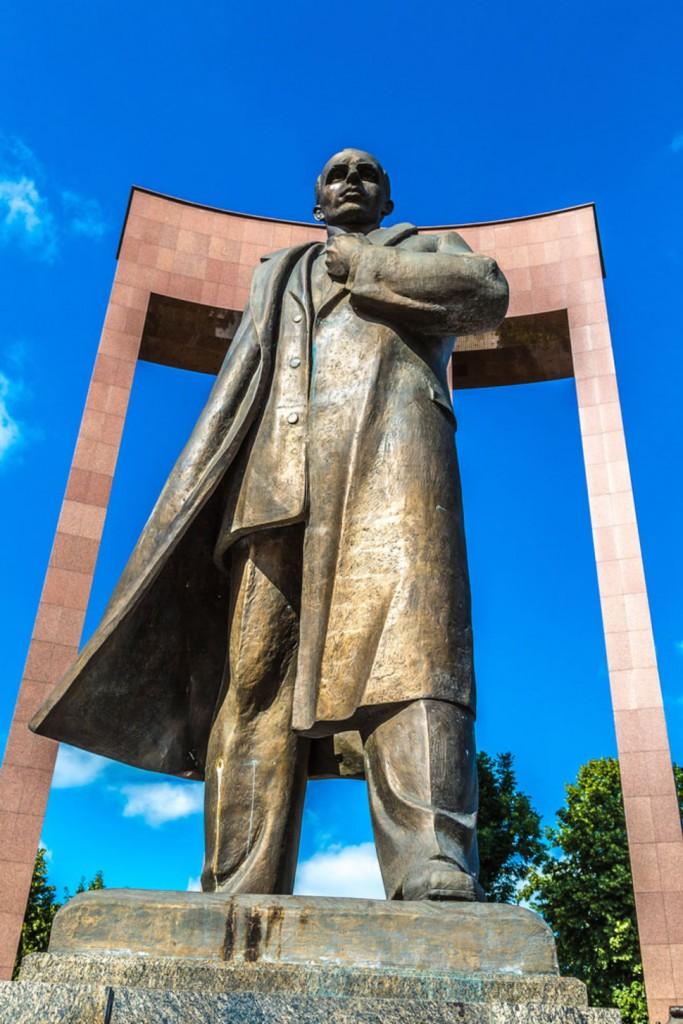bandara statue in levov