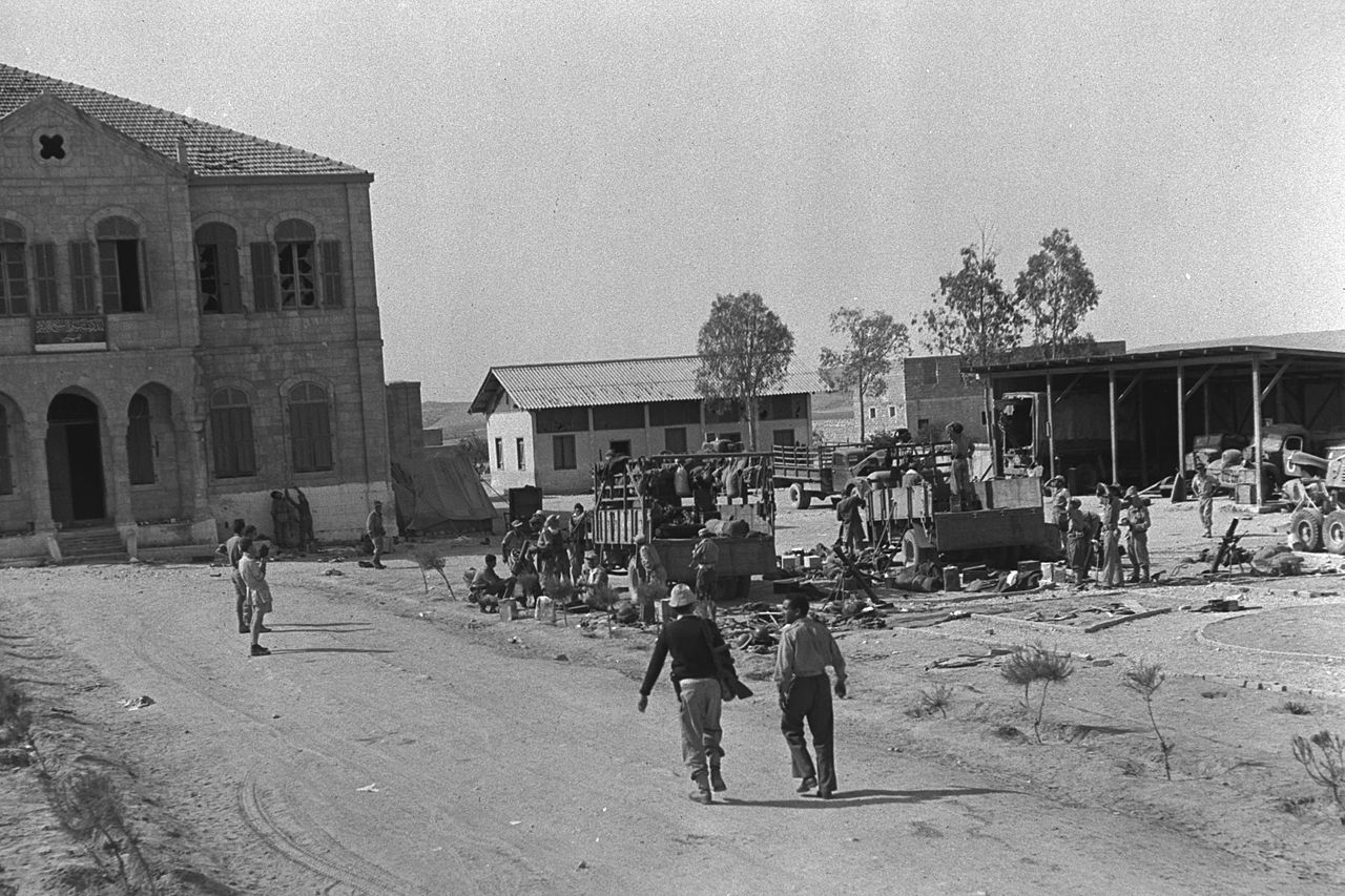 1280px-IDF_SOLDIERS_IN_THE_STREETS_OF_BEER_SHEVA,_1948