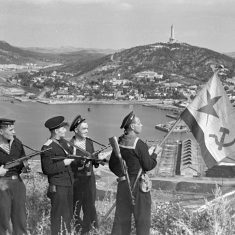 Hoisting_the_banner_in_Port-Artur._WWII_(1941-1945)
